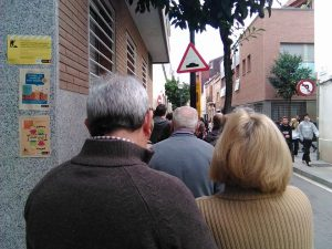 Catalans queuing to vote in Sant Andreu, Barcelona. Photo courtesy of Simon Harris